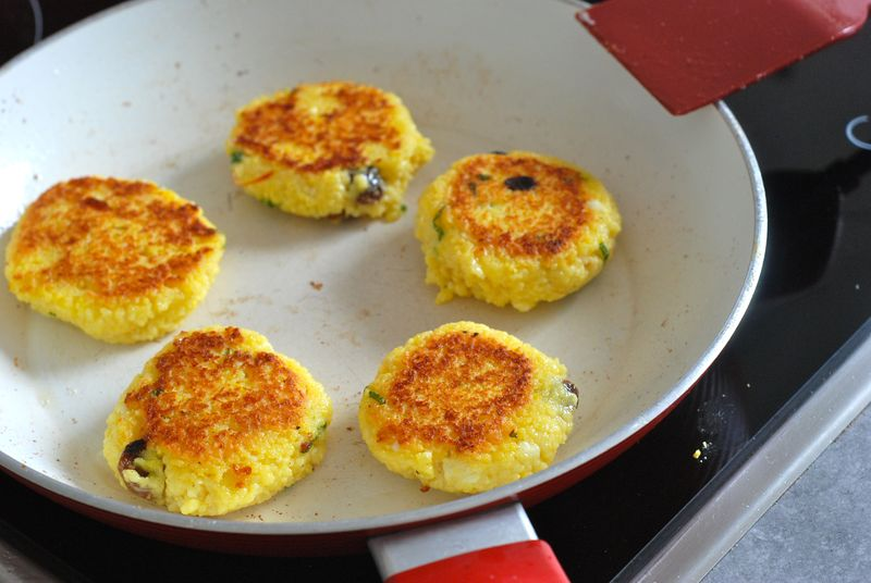 Frying couscous cakes